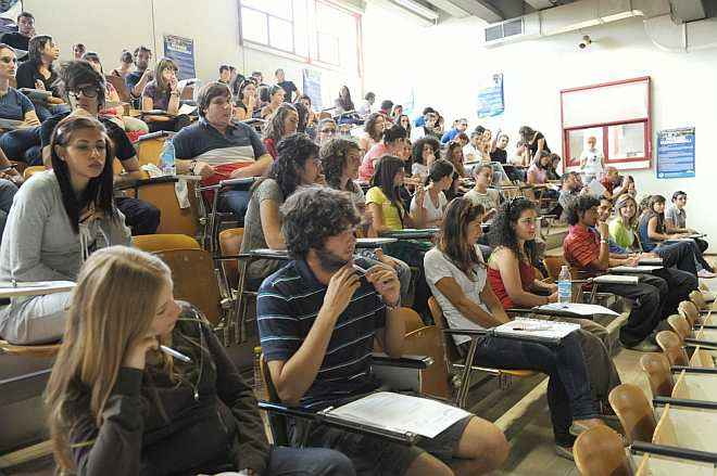 Studenti italiani alle prese con un test universitario